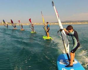 Ecole De Voile Apprendre Le Windsurf En Mediterranee Vacances Pratique